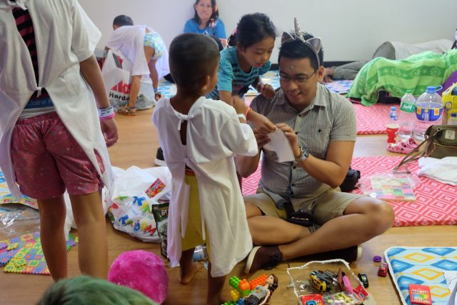 ASUS Philippines Product Marketer for Smartphones Mike Santos plays with patients as they wait their turn 640x427 - ASUS PH Partners with Operation Smile for Medical Mission in Iloilo